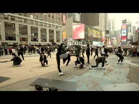 djluTThqQVlFTDQx_o_be-ready-4-the-next-galaxy-flash-mob-in-new-york